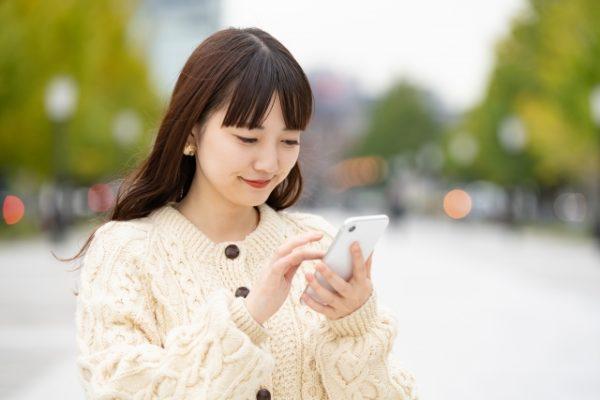 アプリでお金を借りる女性画像
